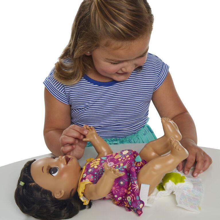Baby Alive, poupée Bébé adore manger, aux cheveux noirs et lisses