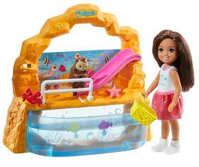 Poupée Barbie Club Chelsea et coffret de jeu Aquarium, brunette de 15cm (6po), avec accessoires