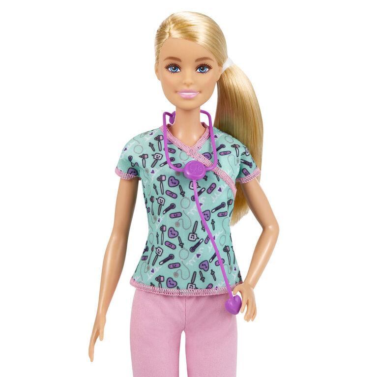Poupée Barbie Infirmière (30,4 cm) avec Blouse d'Infirmière à Motifs d'Instruments Médicaux, Pantalon Rose, Chaussures Blanches et Stéthoscope
