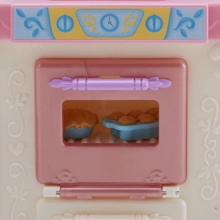 Disney Princess, Cuisine royale de Belle, poupée mannequin et jeu avec 13 accessoires, Mme Samovar et Zip