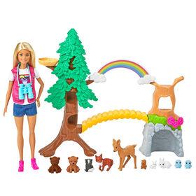 Coffret de jeu interactif Barbie Guide d'aventure avec poupée Barbie de 30,40 cm (12 po), arbre extérieur, pont, arc-en-ciel, 10 animaux et plus encore