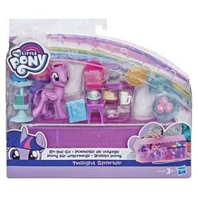 My Little Pony - Twilight Sparkle Sur la trotte - Figurine de 7,5 cm avec 14 accessoires et une mallette.