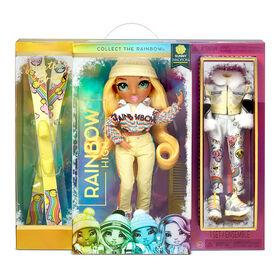 Poupée Rainbow High Winter Break Sunny Madison - Poupée-mannequin Winter Break jaune et jouet avec 2 tenues complètes de poupée, paire de skis et accessoires d'hiver pour la poupée