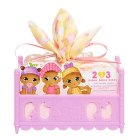 Mini bébés BABY BORNMD Surprise de la série 2 / déballez 2 ou 3 poupées bébés surprises à collectionner avec un jeu de doux emmaillotement, de couverture et de lit de bébé empilable ; les thèmes incluent les thèmes de carnaval, repas et plage. Excellent cadeau et jouet pour les enfants de 3 ans et plus