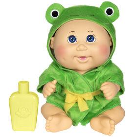Poupée Bout d'chou- poupée Bain moussant de 22,8 cm - Bébé caucasienne à robe de chambre en grenouille