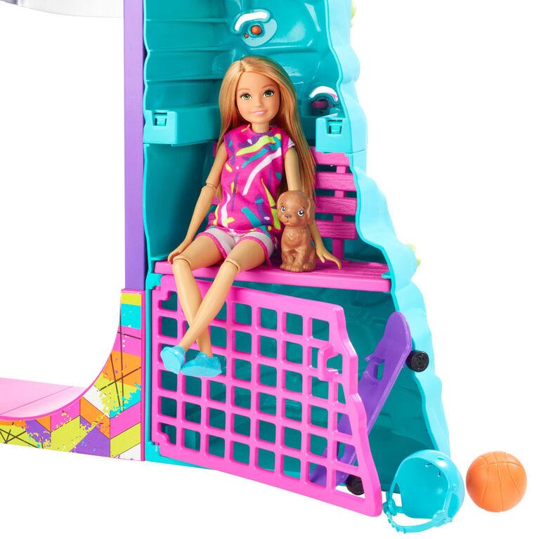 Coffret de jeu Sports extrêmes Barbie Équipe Stacie avec poupée, chiot, équipement et 5activités