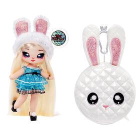 Poupée-mannequin Na Na Na Surprise 2 en 1 et sac à main métallique de la série Glam - Alice Hops, poupée blonde avec robe bleu chatoyante et oreilles de lapin avec le sac à main lapin blanc