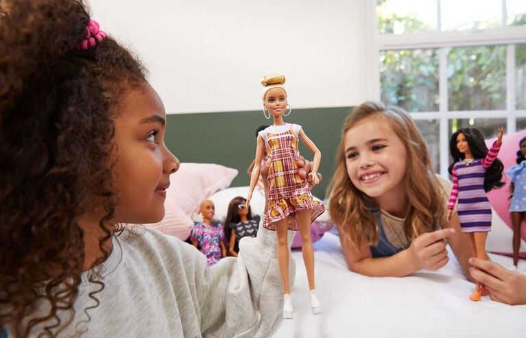 Barbie Fashionistas - Poupée 142, chignon blond et robe à carreaux
