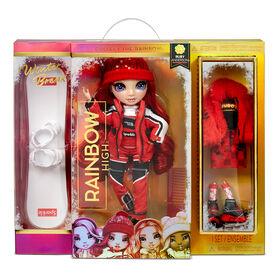 Poupée Rainbow High Winter Break Ruby Anderson - Poupée-mannequin Winter Break rouge et jouet avec 2 tenues complètes de poupée, planche à neige et accessoires d'hiver pour la poupée