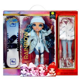 Poupée Rainbow High Winter Break Skyler Bradshaw - Poupée-mannequin Winter Break bleue et jouet avec 2 tenues complètes de poupée, planche à neige et accessoires d'hiver pour la poupée