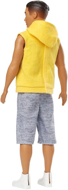 Barbie Ken - Fashionistas - Poupée 131 - Sweat à capuche jaune.
