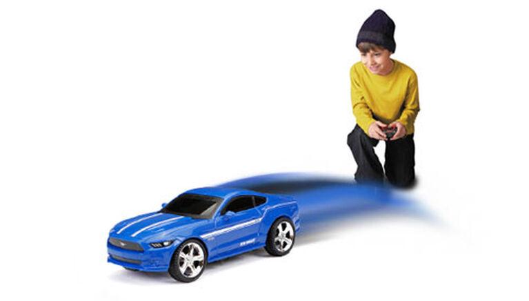 New Bright - Auto de sport radiocommandée 1/24 - Ford Mustang 27MHz - Bleu.