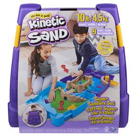 Kinetic Sand, Coffret Super bac à sable avec 4,5 kg de Kinetic Sand, Bac à sable portable avec 10 moules et outils, sable de jeu sensoriel pour les enfants à partir de 3 ans