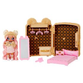 Jeu de sac à dos avec chambre à coucher Na Na Na Surprise 3 en 1 et Sarah Snuggles dans une tenue exclusive |sac pelucheux ourson, véritable miroir, penderie avec tiroir, oreillers, couverture | pour les enfants de 5 ans et +