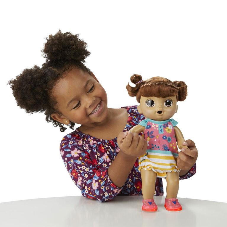 Baby Alive, Bébé Petits pas rigolos, poupée de bébé aux cheveux marrons