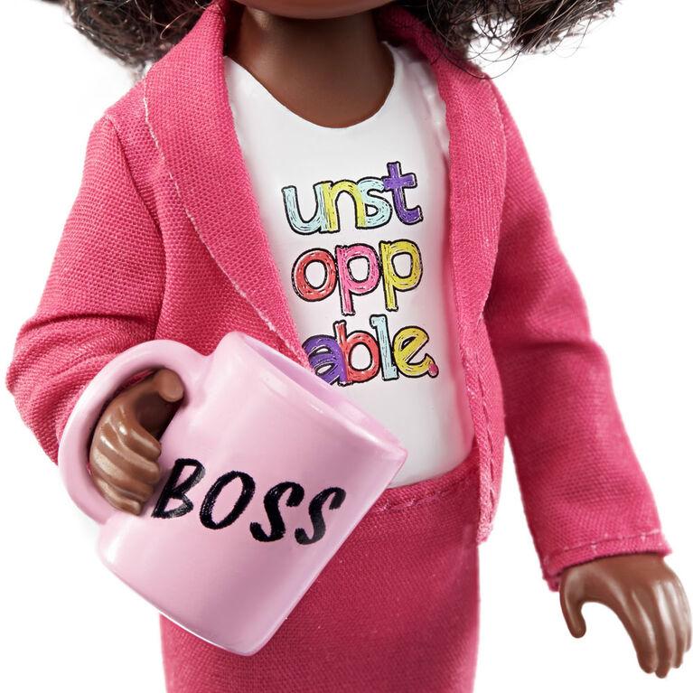 Coffret Chelsea Femme d'affaires avec Poupée Chelsea (15,24 cm), Mallette, Ordinateur, Téléphone portable, Agenda, Tasse et Plaque de bureau