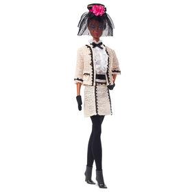 Poupée Barbie Best To A Tea de Collection Mannequin Barbie, 31,75cm (12,5po) vêtue d'un costume bouclé couleur crème - Édition anglaise