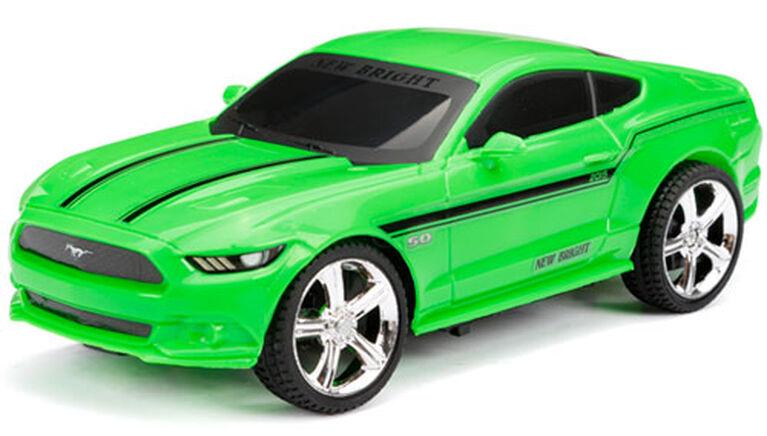 New Bright - Auto de sport radiocommandée 1/24 - Ford Mustang - Vert.