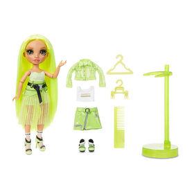 Rainbow High Karma Nichols - Poupée-mannequin vert fluo avec 2 tenues complètes à agencer et associer