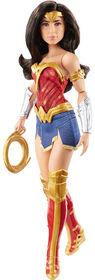 """Poupée Wonder Woman inspirée du film """"Wonder Woman 1984"""" d'environ 30,5 cm (12 po) vêtue d'une tenue et d'accessoires de super héroïne"""